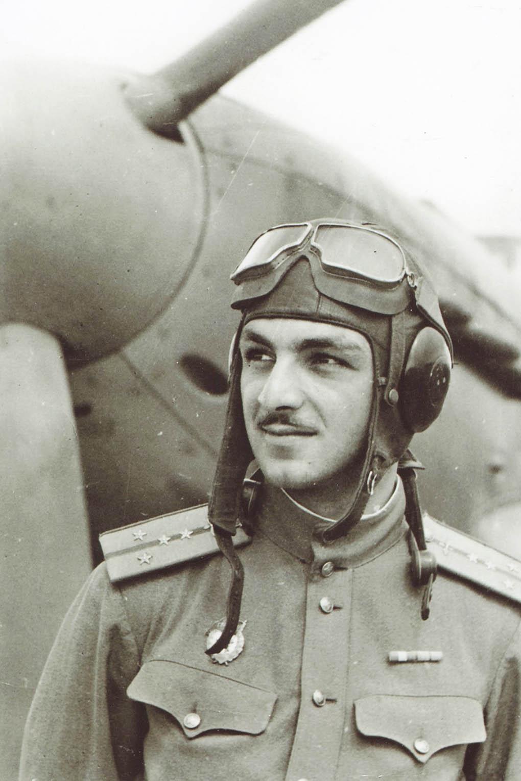 Степан Микоян у своего истребителя Як-9 (полевой аэродром Двоевка, 1944 г.).