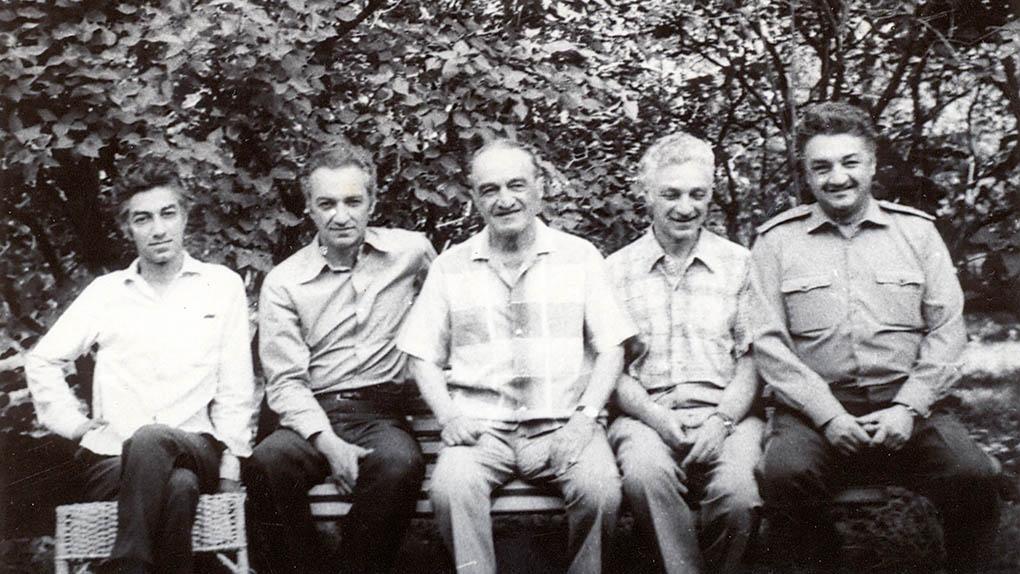 А.И.Микоян с сыновьями (слева -- Серго и Вано, справа Степан и Алексей), 1976.